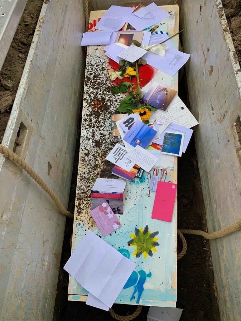 Brieven en kaarten meegeven in het graf