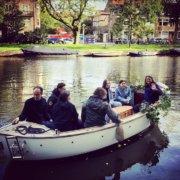 Rooshert uitvaart in een bootje